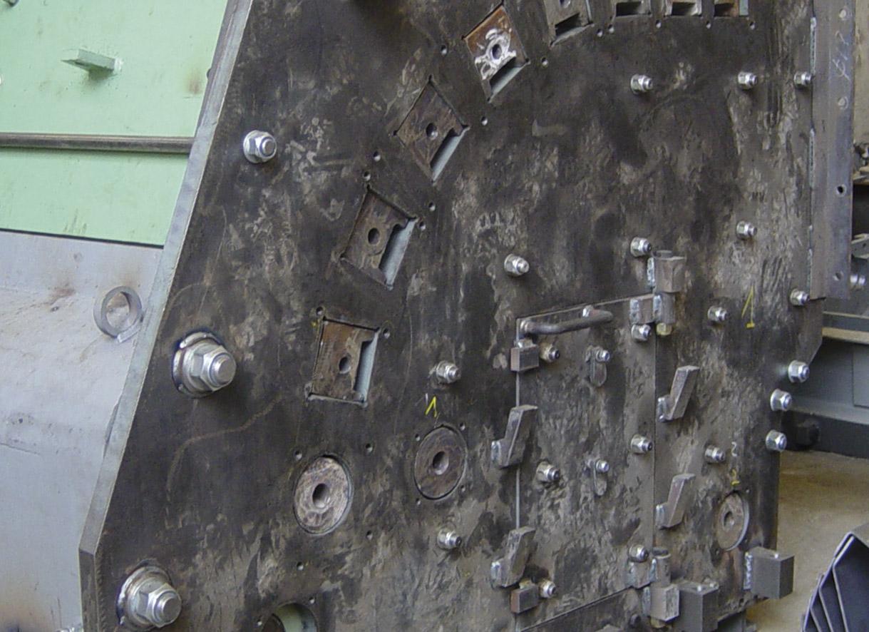 """Puerta de inspección y anclaje de perchas de impacto de una trituradora de impacto <span class=""""color_granier""""><span class=""""color_granier"""">GRANIER <sup class=""""clase_sup"""">®</sup></span></span>"""
